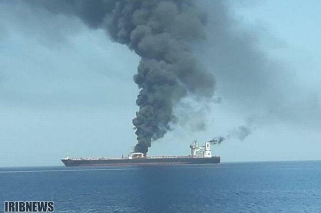 伊朗油輪爆炸起火。(取材自英國鏡報)