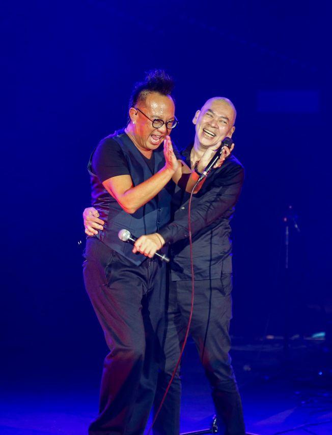 黃大煒與蔡明亮合唱「情人的眼淚」。(記者鄭超文/攝影)