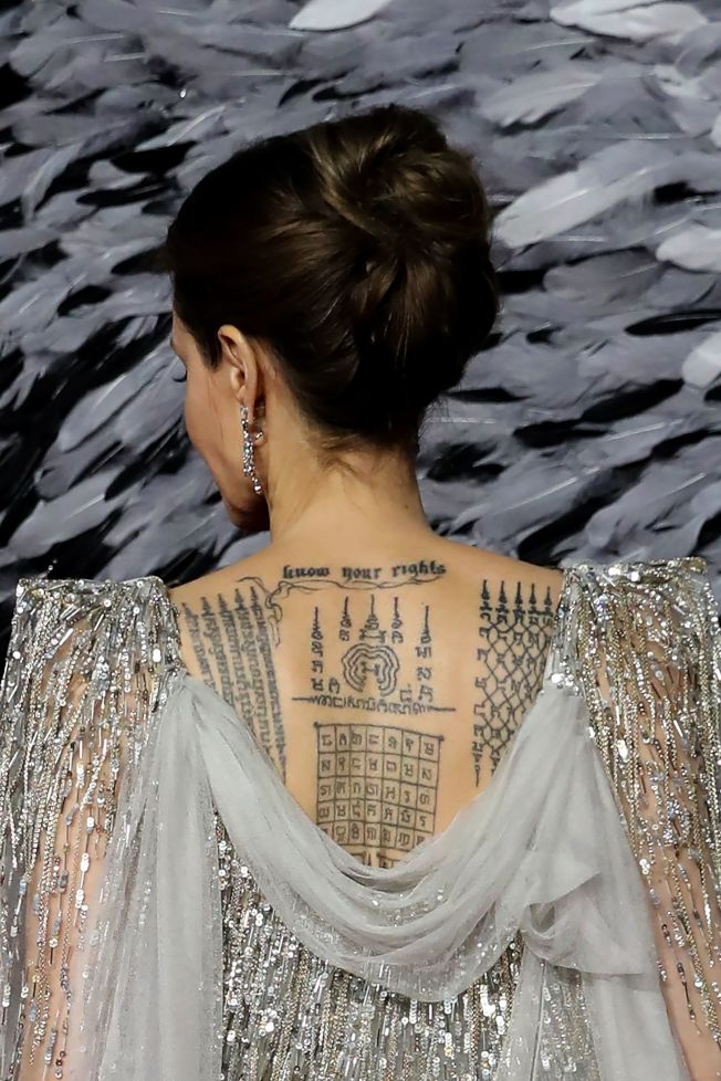 安琪琳娜裘莉露出背上刺青。(Getty Images)