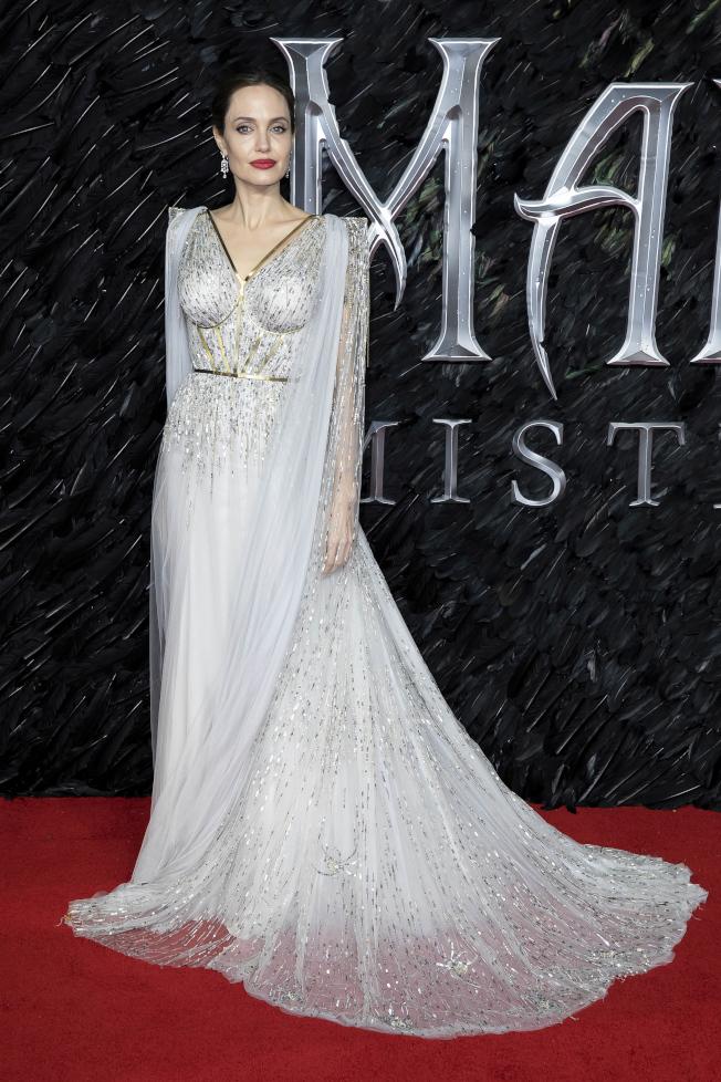安琪琳娜裘莉穿著高級訂製禮服出席新片首映,宛如仙女降臨。(美聯社)