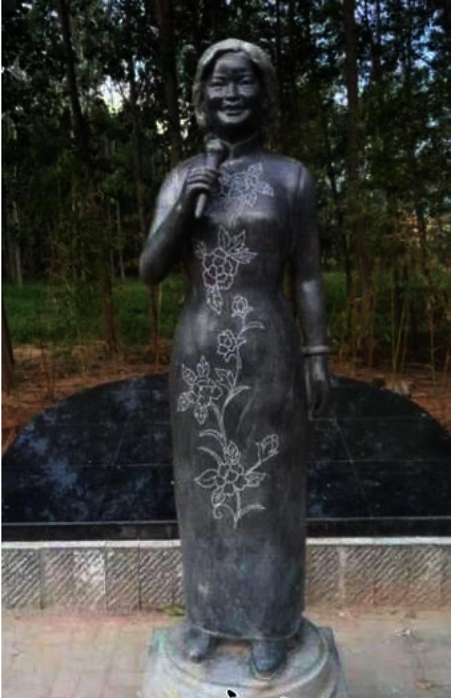 「麗君小鎮」有鄧麗君塑像,身著旗袍手持麥克風,滿面春風正在演唱,用大青石雕刻,神形兼備。(取材自河北新聞網)