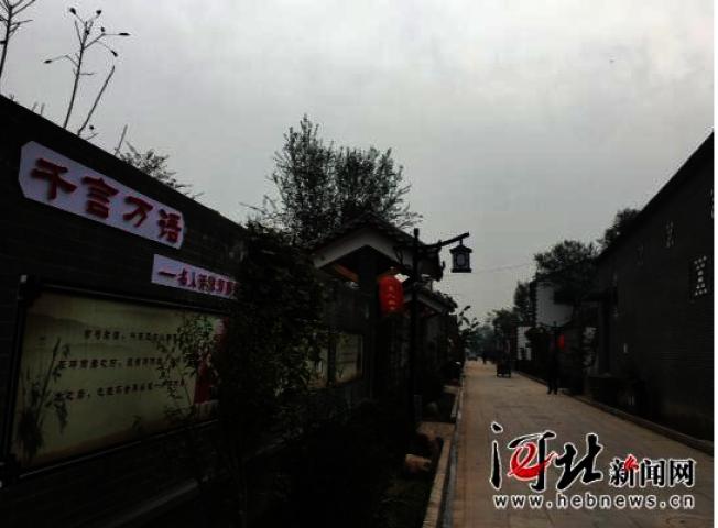 小镇主街道台中街临街墙面上,有文字介绍邓丽君的生平。(取材自河北新闻网)