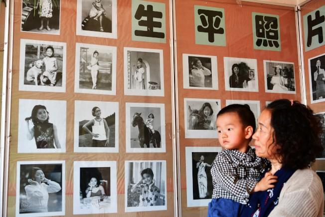 河北邯郸大名县邓台村「邓丽君纪念馆」内,挂满了邓丽君生平照片。(中新社资料照片)
