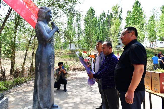 每年邓丽君逝世纪念日,海内外的铁杆粉丝相继到邓台村,缅怀心中的歌后。(中新社资料照片)