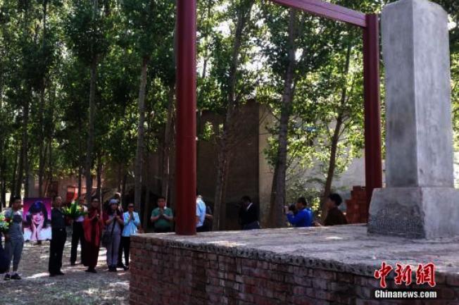 「君迷」们在邓家祖坟的石碑前缅怀邓丽君。(取材自河北新闻网)