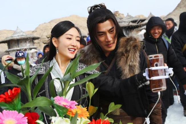 王鷗(左)被楊冪粉絲誹謗與劉愷威通情。(取材自微博)