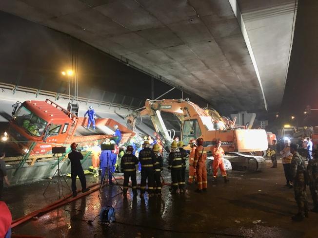 江蘇省無錫市一高架橋10日發生橋面倒塌,三輛小車被壓。(新華社)