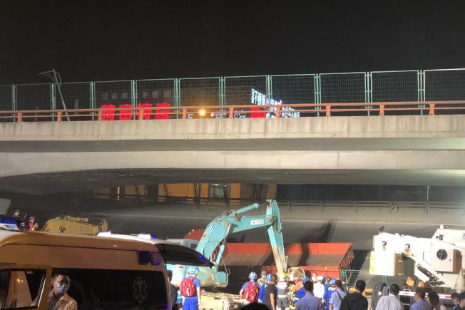 江蘇無錫10日發生高架橋側翻事故,有人員受傷,車輛受損。(中新社)