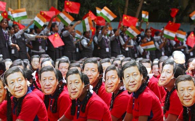 印度清奈一间学校为了欢迎习近平访印,全校2000名学生戴著习近平的面具。(路透)