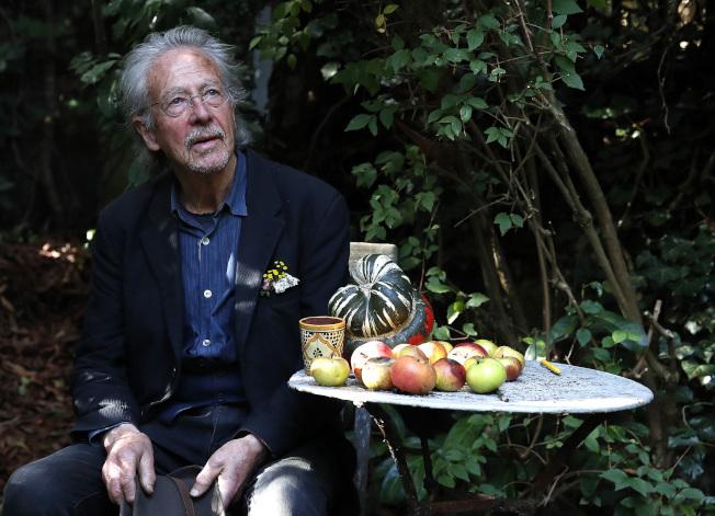 奧地利作家彼得.漢德克獲得2019年諾貝爾文學獎桂冠。圖為漢德克在法國巴黎家中。(美聯社)
