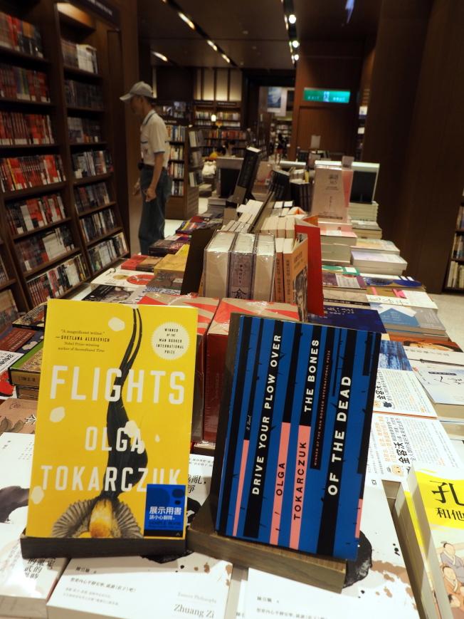 波蘭女作家奧爾嘉‧朵卡萩獲得2018年諾貝爾文學獎,使她頓成書迷焦點。圖為10日台北書店中展示朵卡萩的書。(歐新社)