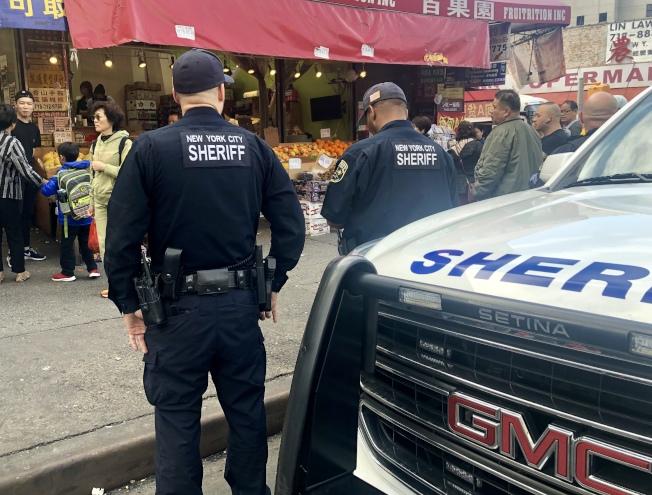 警長辦公室執法人員在法拉盛查私菸。(記者朱蕾/攝影)