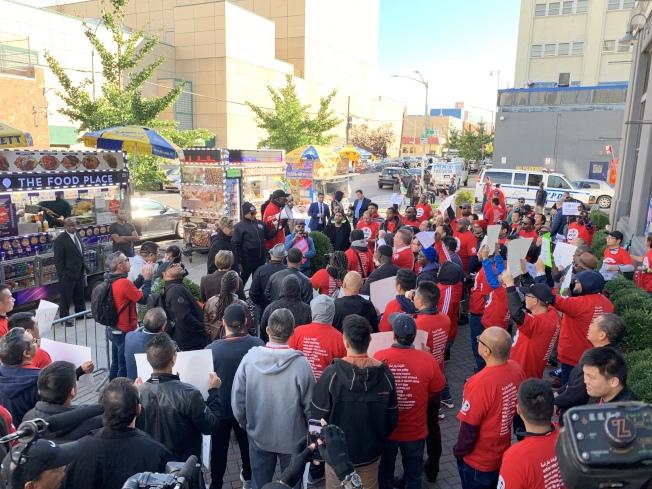 獨立司機工會10日在長島市TLC前示威,抗議優步等網約車公司限制司機上線時間和地點,超過100名司機參加示威。(記者和釗宇/攝影)