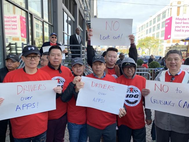 華裔司機周永恩(左一)說,限制司機上線就是限制了司機的工作自由權。(記者和釗宇/攝影)