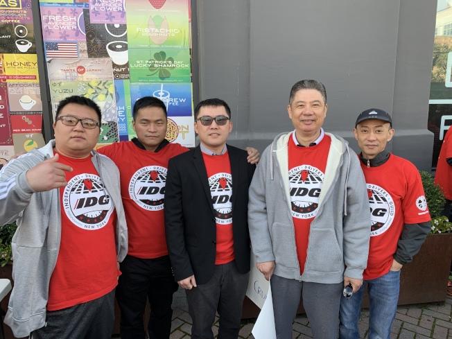 開網約車已有兩年的華裔司機严可峰(中)表示,新規實行讓他的收入降低50%。(記者和釗宇/攝影)