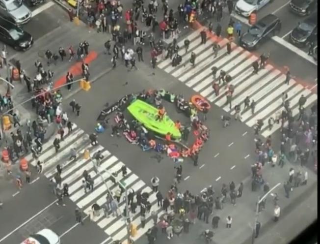 參加氣候變遷抗議示威的群眾把一艘綠船運到時報廣場,阻礙了當地交通。(WCBS電視頻道截頻)