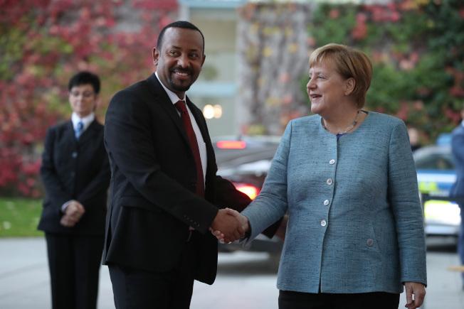 衣索比亞總理阿邁德(左)曾是情報單位頭子,在政壇如彗星般崛起。右為德國總理梅克爾。(Getty Images)