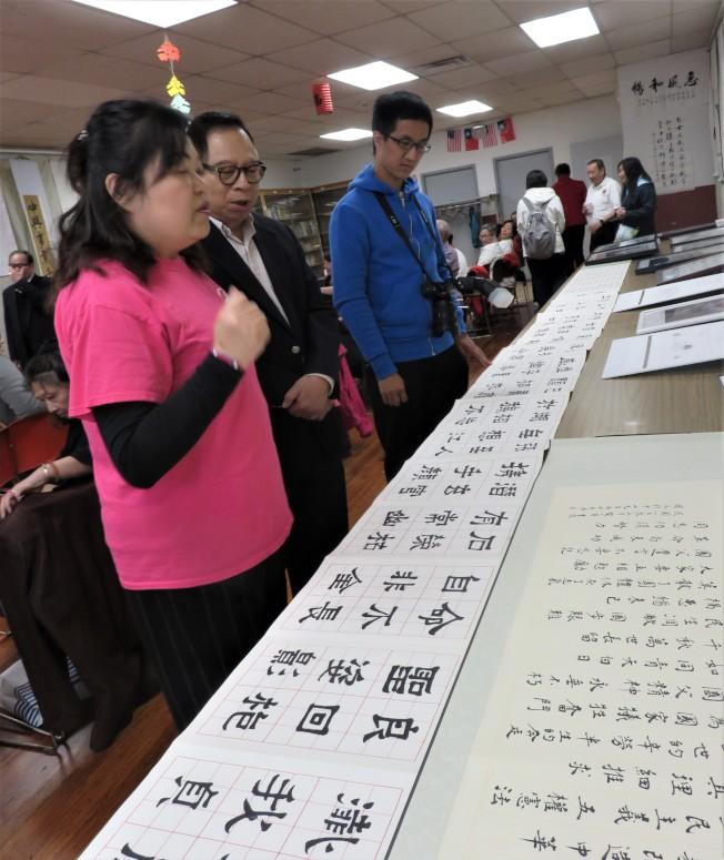璞石中華文化工作坊前會長李玉瑛(左一) 唱國父紀念歌,中華書法會池元山(左二)在旁和音。(記者薛劍童/攝影)