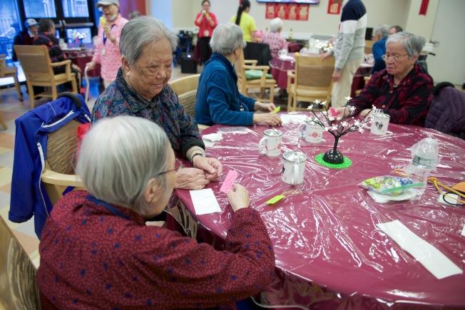 康樂樓老人日間護理中心會員在中秋聯歡會中玩遊戲。(中華耆英會提供)