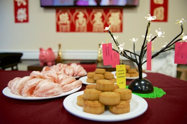 康樂樓準備月餅和柚子招待與會。(中華耆英會提供)
