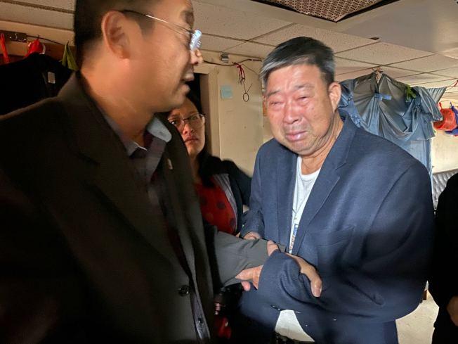 施宜天( 右)多次感動流淚,向社區人士致謝。(陳善莊提供)