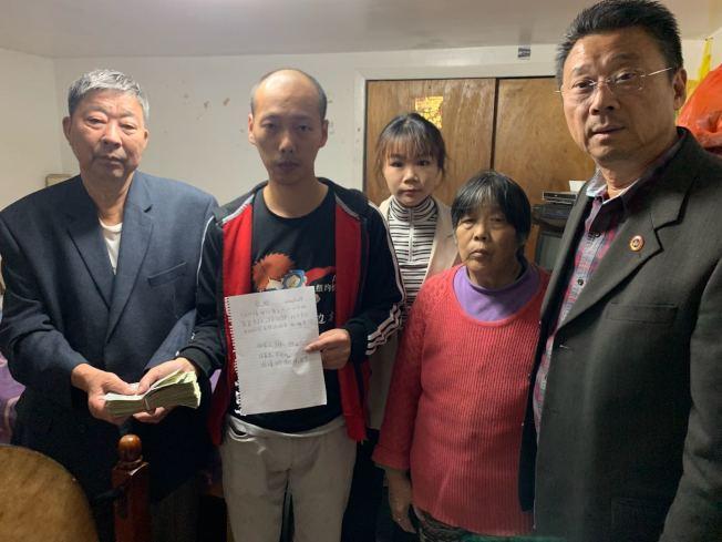 社區熱心人士造訪施家,送上募款4000多元現金。(陳善莊提供)