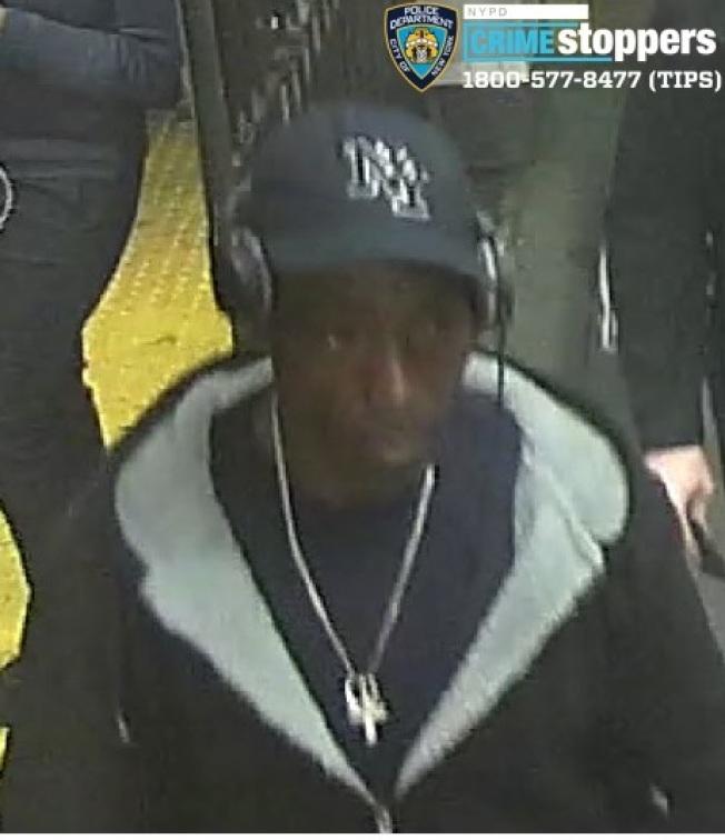 該名男子涉嫌在36街地鐵站搶劫,現被警方通緝。(市警提供)