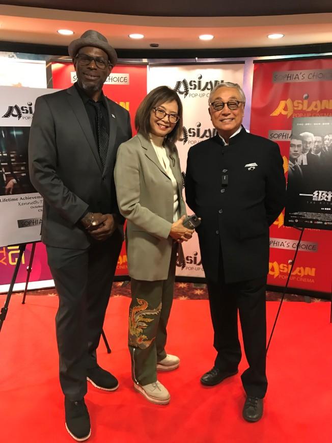香港資深男演員曾江(右)為第九季亞洲躍動影展「終身成就獎」得主,影展負責人王曉菲(中)、芝加哥電影辦公室主任亞摩庫(Kwame Amoaku,左)均表達對曾江的祝賀與敬佩。(特派員黃惠玲/攝影)