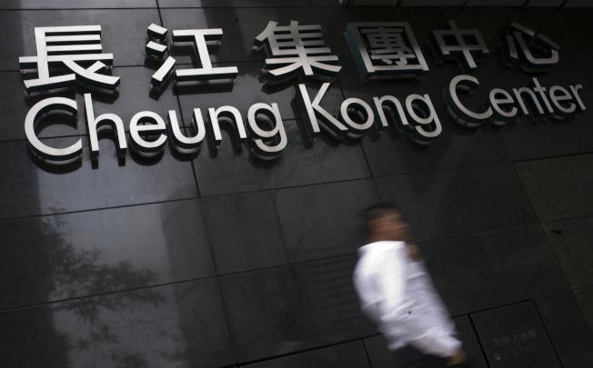 長江集團已向大陸房產企業融創中國,出售大連一項物業。圖為一名市民從長江集團中心大廈門外走過。(新華社)