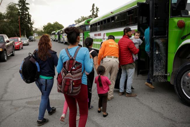 川普政府把「是否成為公共負擔」列為申請綠卡的考慮條件,移民社區非常關注這個政策的進展。圖為墨西哥人扶老攜幼越過邊界,走進美國要求庇護。(路透)