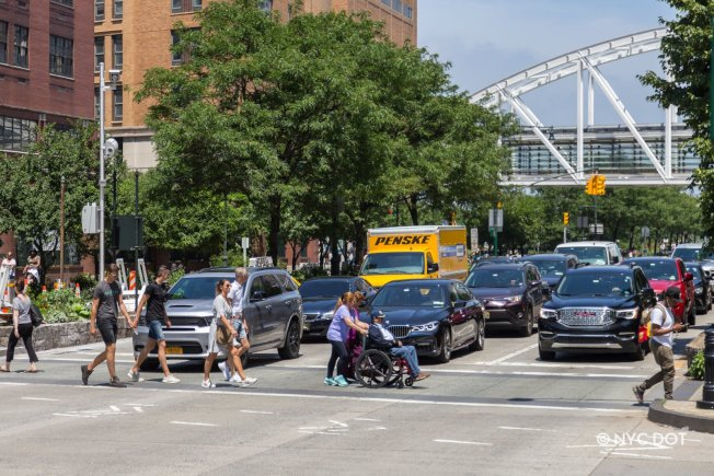 市交通局和州交通廳宣布,曼哈頓西側高速公路的速限從每小時35哩降至30哩。(交通局提供)