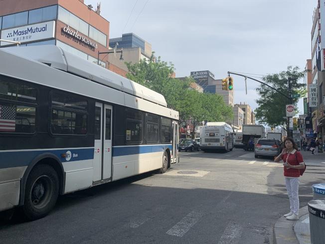 MTA調顯示,皇后區民眾不滿公車轉地鐵路線蜿蜒費時。(本報記者/攝影)