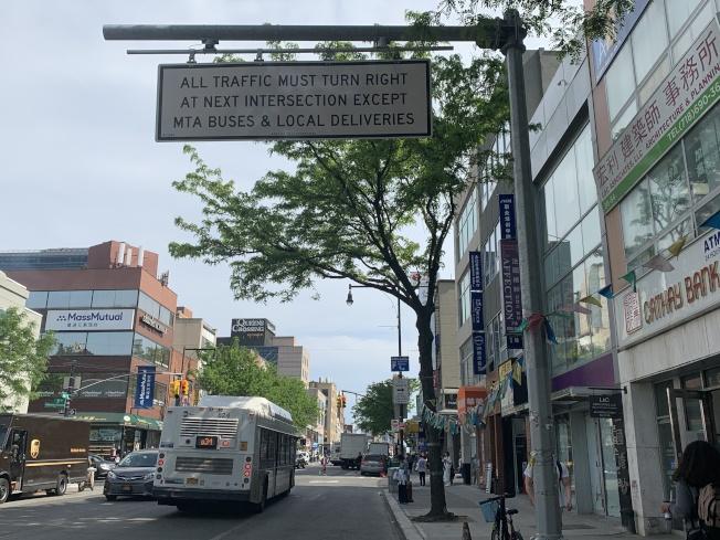 「新皇后區公車系統」計畫在法拉盛道增設公車專用道,引起社區不滿。(本報記者/攝影)