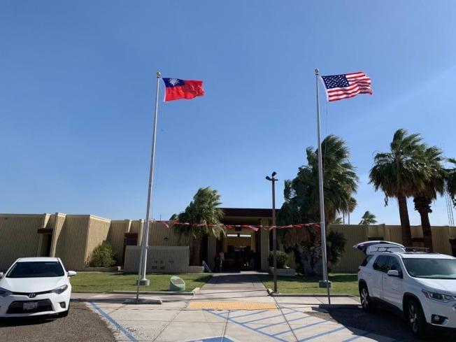 中華民國國旗和美國國旗一同飄揚(洛杉磯經文處)