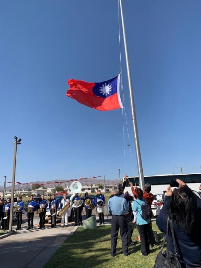 中華民國國旗在麗都市(Needles)冉冉升起。(洛杉磯經文處)
