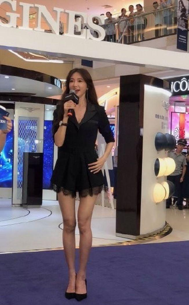 林志玲大秀爆乳、長腿參加活動,讓網友快暴動。 (取材自微博)