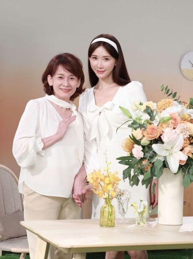 林志玲與媽媽一起拍廣告。 (取材自臉書)