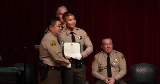亞裔警員Devon Ha領取畢業證書。(翻拍自LASD 臉書)