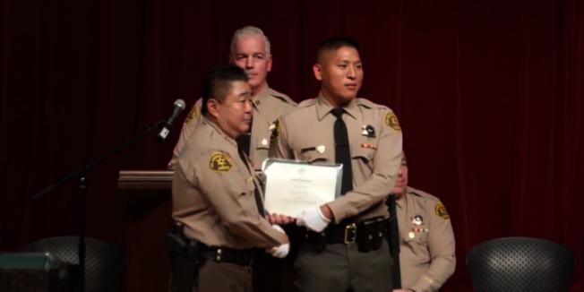 亞裔警員Paul Lim領取畢業證書。(翻拍自LASD 臉書)