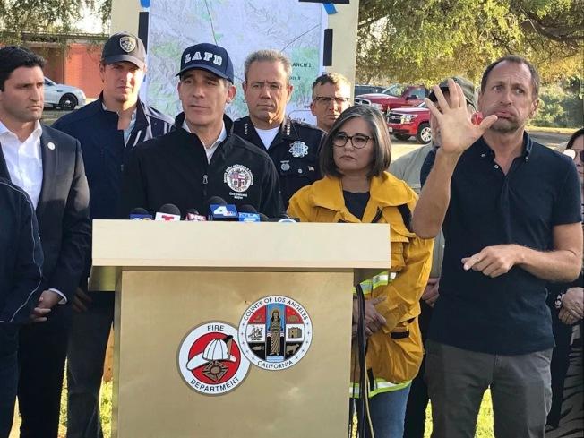 洛杉磯市長賈西提在11日傍晚的一項記者會上提醒民眾保持警惕, 避免新的火源引發大火。他同時呼籲民眾減少出門,尤其是老人和婦兒,盡量避免長時間暴露在煙塵當中。(李若提供)