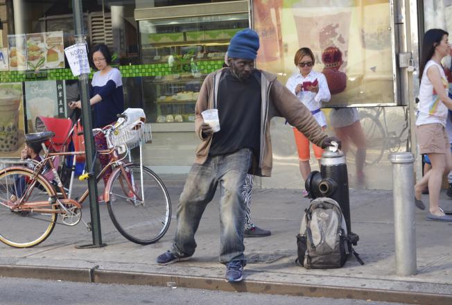 紐約市許多社區街經常可見精神狀況不穩定的遊民,市府宣布啟動30天清查計畫。(本報檔案照)