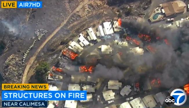 卡利梅沙別墅活動屋園區陷入火海。(美聯社/ABC7電視台)