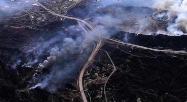 飛機在聖菲南度谷上空滅火。(NBC 4)