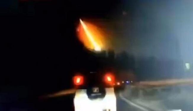 隕石墜落,產生火光。(視頻截圖)