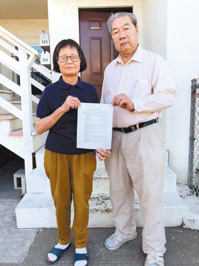 李兆權(右)、李艷華(左)說,租客並無證據證明他們假裝搬進房屋或有其他違規。居然「獅子大開口」要價30萬和解,他們將和租客對簿公堂。(記者劉先進╱攝影)