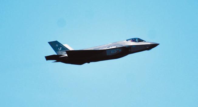 F-35戰機類超音速飛行讓觀眾印象深刻。(記者黃少華/攝影)