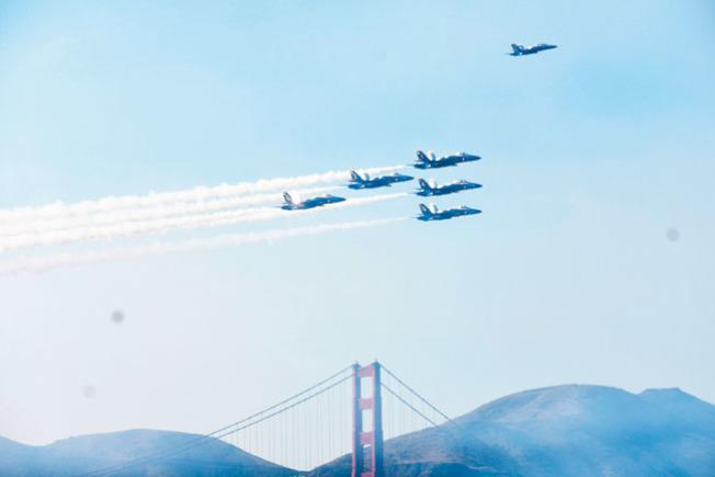 參加航空展的飛機以編隊形式噴霧式飛過金門海灣。(記者黃少華/攝影)
