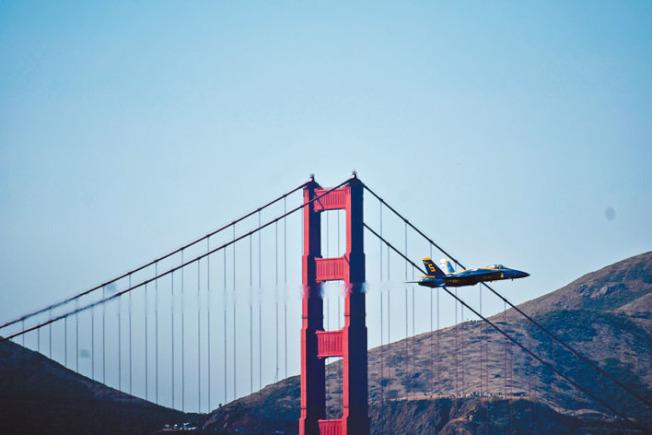 5號機低空掠過金門大橋。(記者黃少華/攝影)