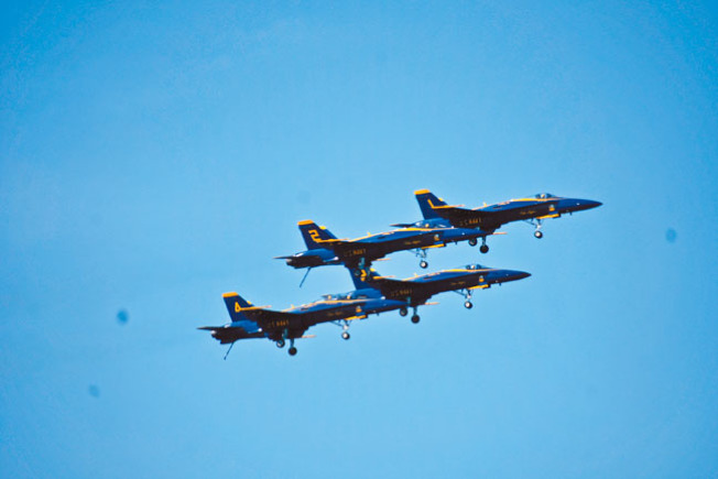 「藍天使」特技飛行表演隊1、2、3、4四號機以菱形隊形緊密飛行。(記者黃少華/攝影)