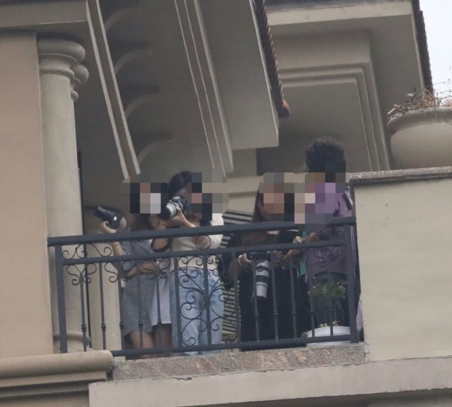 《餘生,請多指教》導演PO出私生飯匯聚在劇組附近偷拍的照片。(取材自微博)